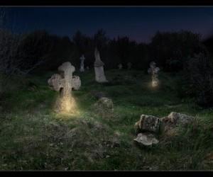 Старое кладбище с перевернутыми крестами