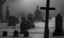 Нечто в мантии на кладбище